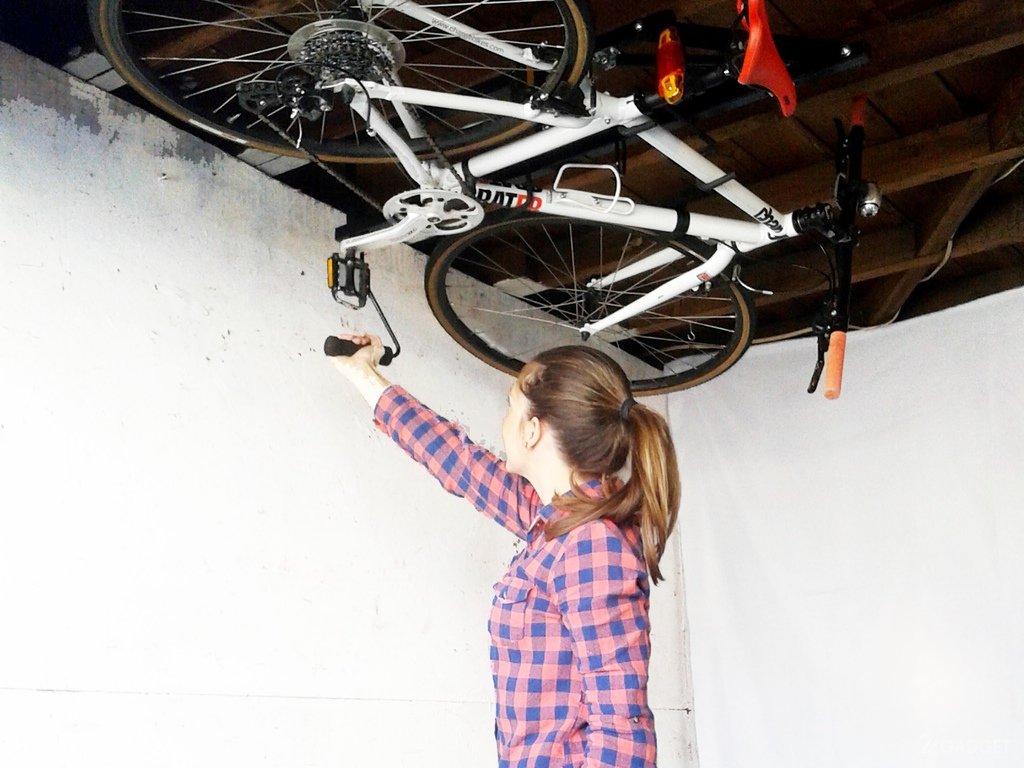 Фиксация байка на потолке