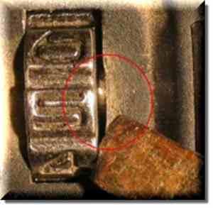 Штифт, который видно при вращении дискового механизма