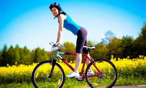 Велосипедная езда тренирует мышцы ног, благодаря чему повышается тонус сосудов и укрепляются стенки вен
