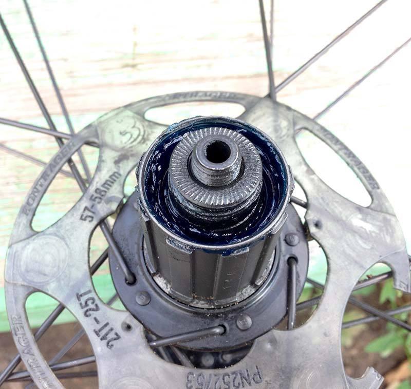 Задняя ось, установленная со стороны фрихаба с пыльником